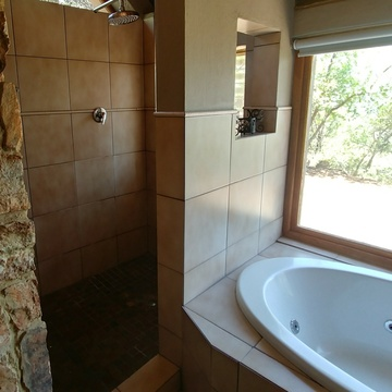 Red Sky Lodge - Lower west spa bath and big walk-in shower with a view over the Hartbeespoort valley