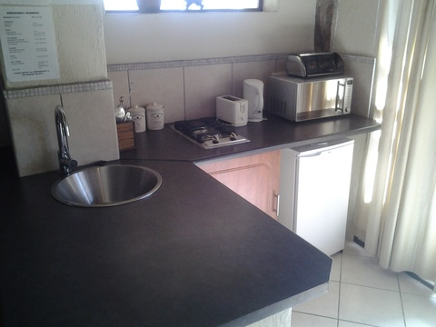 Sky Lodge, Hartbeespoort - Stone Sutie with self catering kitchenette with gas hob, microwave and fridge