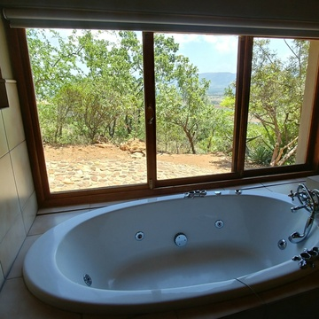 Red Sky Lodge - Lower west spa bath with a view over the Hartbeespoort valley