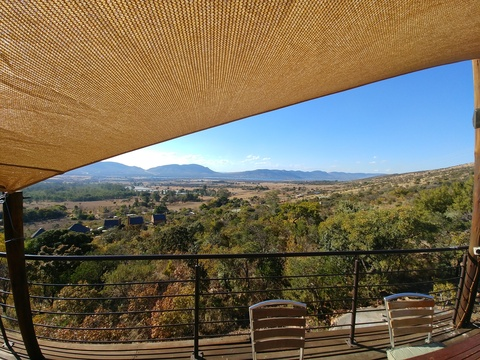 Red Sky Lodge - beautiful views of Harbeespoort dam and Magaliesberg mountains